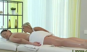 Masseuse rubs pussy to murky hottie