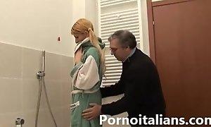 Incesto italian italiano old man lecca le tette...